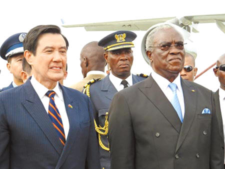 Manuel Pinto da Costa stands beside Taiwan's president, Ma Ying-jeou, on Ma's last visit to Sao Tome and Principe, Jan. 25. (Photo/China Times)